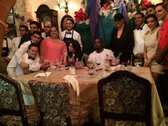 Las Kardashiany Kanye West en el restaurante San Cristóbal. Foto: Sitio de Facebook MaxxYes