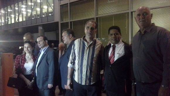 Antonio Guerrero, Fernando González, René Gonzalez, Gerardo Hernández, Ramón Labañino y el coronel Orlando Cardoso Villavicencio, minutos después de su llegada a Moscú. Foto: @julioteleSUR.