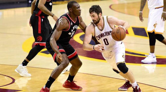 Kevin Love ante Biyombo, anoche. Foto: AFP.