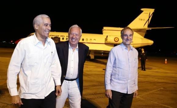 El ministro de Asuntos Exteriores en funciones de España, José Manuel García-Margallo (c), es recibido por Gerardo Peñalver (i), director general de Asuntos Bilaterales de la Cancillería cubana, y por el embajador español Juan Francisco Montalbán (d) tras arribar a La Habana. Foto: EFE