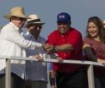 Raúl Castro saludo a Ulises Guilarte, secretario general de la CTC en la tribuna del desfile del Primero de Mayo en La Habana, Cuba. Foto: Ismael Francisco/ Cubadebate