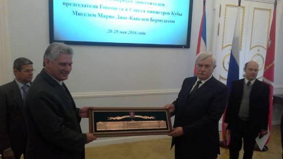 Gueorgui Poltavchenko, gobernador de San Petersburgo, obsequia un presente al vicepresidente cubano Miguel Díaz-Canel. Foto: Julio César Mejías.