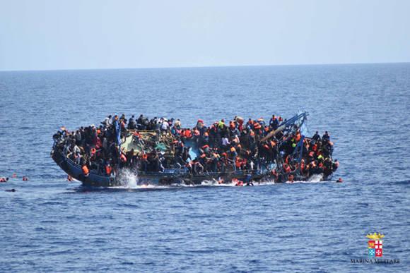 Naufraga barco con más de 500 refugiados en el Mediterráneo