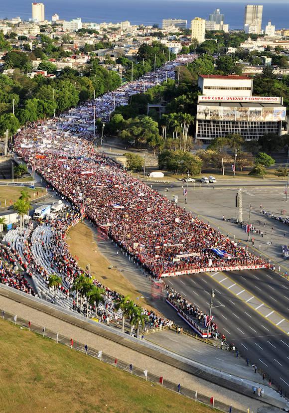 Desfile del Primero de Mayo en la Plaza de la Revolución. Foto: Roberto Garaicoa/ Cubadebate