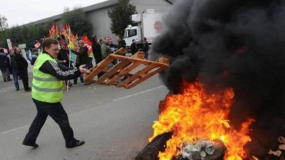 Como parte de las protestas iniciadas hace más de dos meses, en los últimos días los camioneros ralentizaron la circulación en carreteras, bloquearon puertos, refinerías y otros centros industriales.
