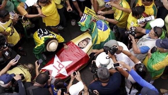 Manifestantes pagados por los partidos de derecha, protestan contra la presidenta Dilma Rousseff. Foto: Reuters.