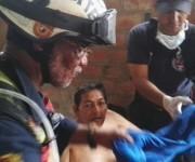 Rescatan fuerzas venezolanas a anciano ecuatoriano atrapado en ruinas dejadas por terremoto en Ecuador. Foto: Sitio digital del Gobierno de Venezuela