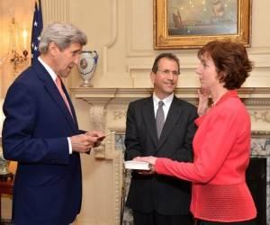 Roberta Jacobson jurando su cargo de embajadora ante el Secretario de Estado.