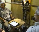 """Ana Cairo Ballester y Pedro Pablo Rodríguez en el Estudio de Grabación """"Lucía Huergo"""", grabando el podcast. Foto: Ismael Francisco/ Cubadebate"""