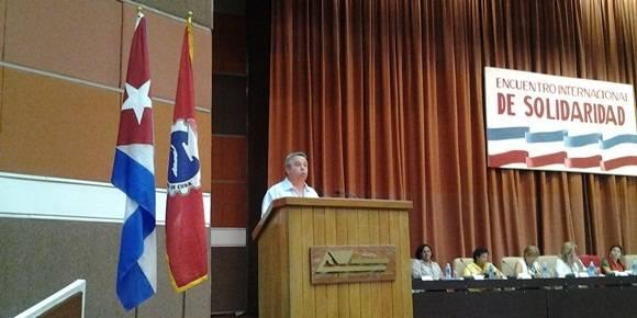 Ulises Guilarte de Nacimiento, miembro del Buró Político del Partido Comunista de Cuba y secretario general de la CTC, al intervenir en el Encuentro Internacional de Solidaridad con Cuba. Foto: Oscar Figueredo / Cubadebate.
