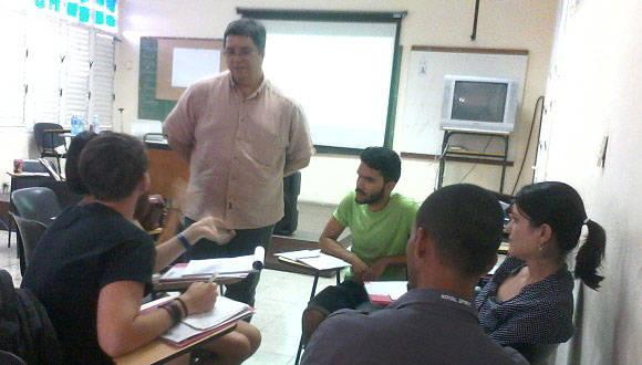 Pedro García Espinosa comparte con participantes en el Taller Creatividad en Campaña, en la Bienal de Diseño. Foto: María del Carmen Ramón/ Cubadebate.