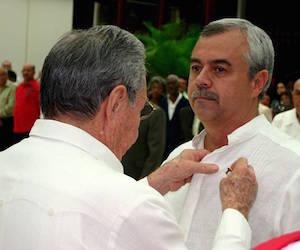 Cremata, en el momento de recibir del General de Ejército la estrella de oro de Héroe del Trabajo de la República de Cuba. Foto: Trabajadores.