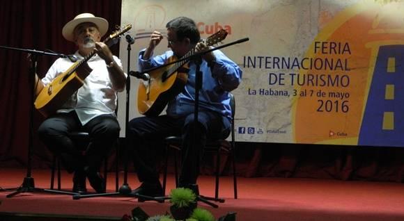 """Al final de su intervención el viceministro Abel Acosta cantó a dúo con Pancho Amat, """"La Bayamesa """" de Sindo Garay"""