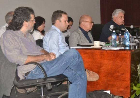 """""""Lo que hemos debatido hoy es muy aportador, defiende las esencias del trabajo cultural, de la política cultural, y las esencias de la Revolución"""", dijo Díaz Canel. Foto: UNEAC"""