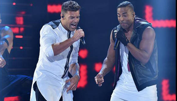 Yotuel en una actuación junto a Ricky Martin. Foto: Tomada de peru.com
