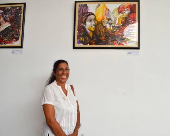 Maria Caridad junto a su imagen. Foto: Marianela Dufflar / Cubadebate