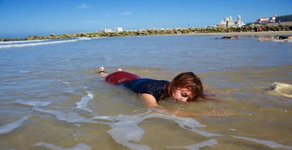 Los participantes en el performance simularon ser refugiados ahogados para llamar la atención sobre lo que ocurre en las costas del Mediterráneo. Foto: El Mundo del Hachero.