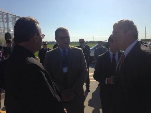 El Secretario de Agricultura de EE.UU Tom Vilsack dio la bienvenida en Iowa al Ministro cubano de Agricultura Gustavo Rodríguez Rollero. Foto: Cuenta de Twitter de José Ramón Cabañas, Embajador de Cuba en EE.UU