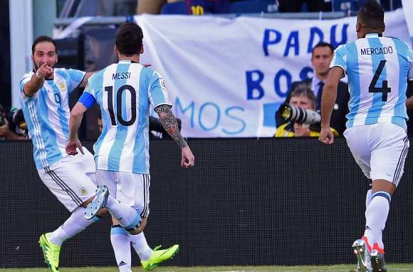 Argentina celebra con las actuaciones de Higuaín y Messi. Foto AFP