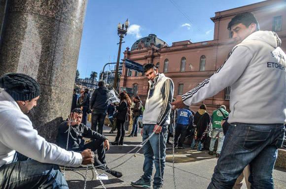 Trabajadores de Cresta Roja se encadenan al ministerio de Hacienda. Foto: Kaloian/ Cubadebate.