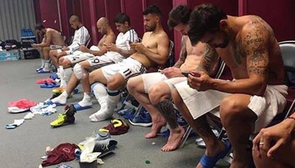 Foto tomada por Ezequiel Lavezzi luego de la victoria contra Venezuela en cuartos de final. Se muestra la falta de compenetración en el vestuario argentino.