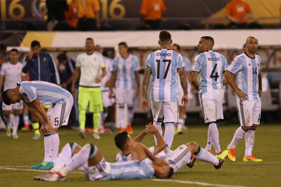 La decepción de perder otra final a devastado a esta generación de futbolistas argentinos. Foto: EFE.