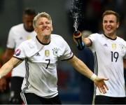 Bastien Schweinsteger es mojado por Mario Goetze en la celebración del segundo gol teutón. Photo by Alexander Hassenstein Getty Images