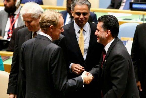 El embajador de Bolivia ante la ONU Sacha Llorentis (d) después de que el país haya sido designado miembro no permanente en el Consejo de Seguridad el 28 de junio de 2016 en Nueva York Foto: Kena Betancur/ AFP.