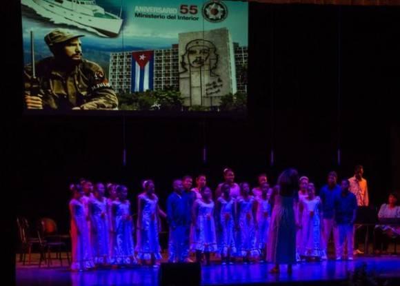 Actuación del Coro Infantil con la maestra Digna Guerra, durante el acto por el Aniversario 55 del Ministerio del Interior (MININT), en la Sala Universal de las FAR, en La Habana, el 6 de junio de 2016. Foto: Marcelino Vázquez/ACN