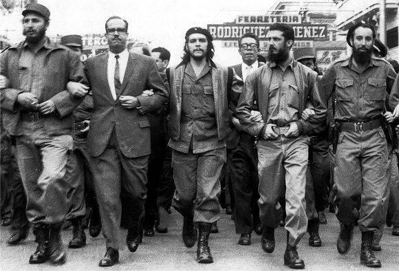 Ernesto Che Guevara junto a Fidel en una manifestación revolucionaria en La Habana. Foto: Archivo.