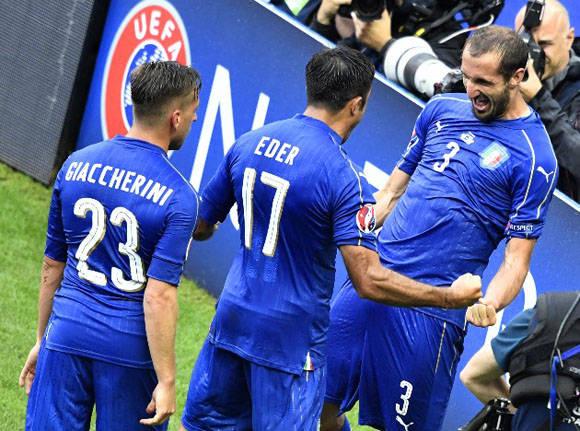 Italia celebra el gol de Chiellini. Foto: AFP.