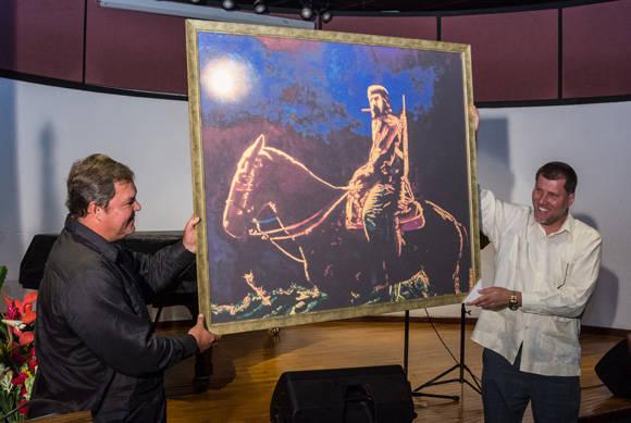 Ramón Labañino obsequia un cuadro a Oscar Luis Hung. Foto: ACN/ Marcelino Vázquez.