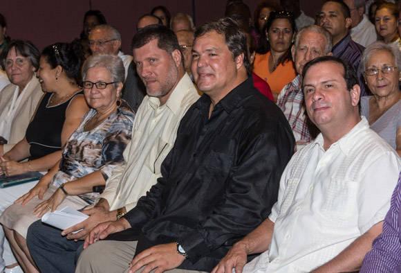 De izquierda a derecha, Gladys Bejerano Portela, Vicepresidenta del Consejo de Estado y Contralora General de la República de Cuba, Oscar Luis Hung Penton, Presidente de la ANEC, y los Héroes de la República de Cuba Ramón Labañino Salazar, Vicepresidente de la ANEC y Fernando González Llort. Foto:  ACN/ Marcelino Vázquez.