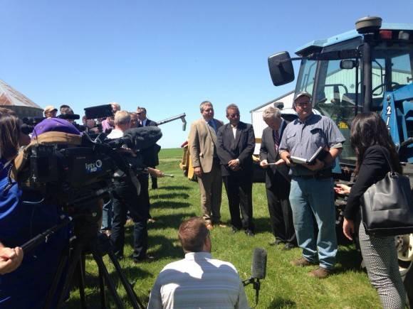 El ministro cubano y el secretario estadounidense de Agricultura ofrecieron Conferencia de Prensa en una granja de Iowa. Foto: Cuenta de Twitter de José Ramón Cabañas, Embajador de Cuba en EE.UU