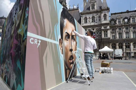 El mural de Cristiano Ronaldo frente al ayuntamiento de París. Foto: AFP.