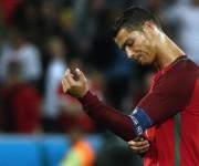 Cristiano se lamenta tras el empate ante los islandeses. Foto: AFP.