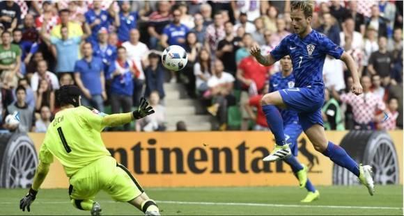 Croacia tomó lo que parecía una ventaja decisiva a media hora del final, cuando Serna dejó a Rakitic cara a cara con Cech: el del Real Madrid picó el balón con jerarquía y puso a los suyos 2-0 en el marcador. Foto: AFP