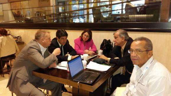 Integrantes de la delegación cubana intercambian con otros participantes de Bio2016, Hay mucho interés por el desarrollo de la biotecnología cubana.  Foto: Cuenta en Twitter de José Ramón Cabañas, Embajador de Cuba en EEUU.