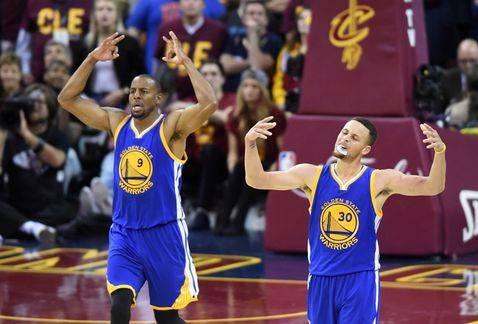Curry comandó a los Warriors.
