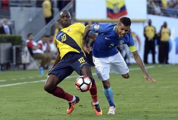 Dani Alves lucha por el balón con Walter Ayoví. Foto AFP