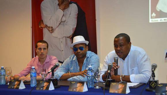 Jaume Colomer, Manager, Descemer Bueno y Carlos Barrios, presentante y productor del artista. Foto: Marianela Dufflar