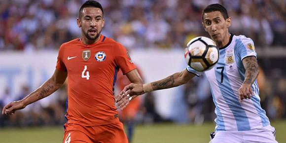 Di María e Isla pelean un balón, durante la final. Foto: AFP.