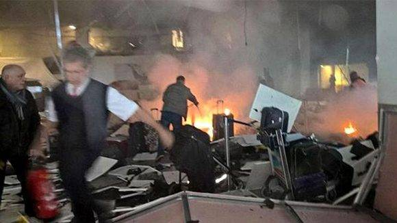 Dos terroristas detonaron sus explosivos en la entrada del aeropuerto de Estambul. Foto: @iihtishamm/ Twitter.