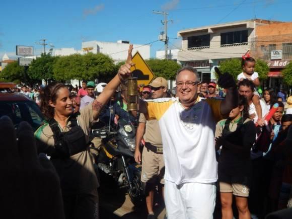 Dr cubano Argelio Hernández Pupo lleva la antorcha olímpica de Río 2016, 27 de mayo de 2016. Foto: http://www.portalvilanovanoticias.com