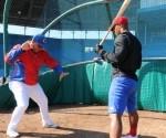 Entrenamiento del equipo Cuba a la Liga Can Am. Roger Machado corrige la posición de bateo. Foto : José L Anaya / Jit