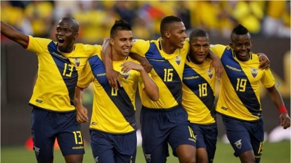 Christian Noboa celebra con sus compañeros de equipo después de anotar contra Haití. Foto: AAFP