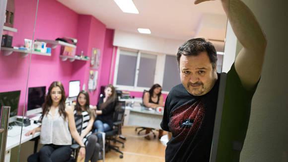 El productor de pornografía Ignacio Allende (Torbe), junto a algunas de las chicas vinculadas al caso. Foto: Pablo López/ El Confidencial.