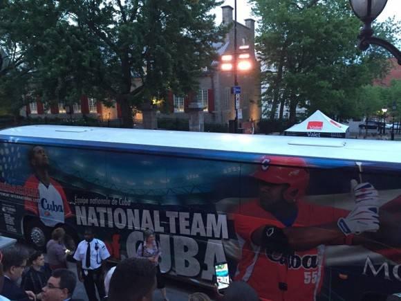 Omnibus del equipo Cuba en la Liga Can-Am. Foto: Cuenta de Facebook de Mirta Crespo, Representante de Cuba en la OACI