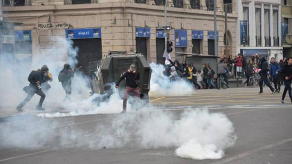 Los estudiantes chocan con la policía antidisturbios en una marcha para protestar contra la lentitud en el progreso de la reforma de la educación. Foto: AFP