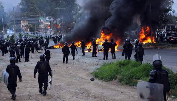 Despliegue policiaco en el operativo contra los maestros en Oaxaca. Foto: AFP